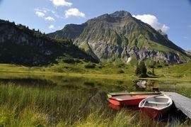 Erholung am See in den Bergen rund um Warth am Arlberg
