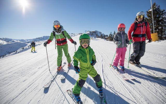 familie-skifahren-mit-kindern.jpg