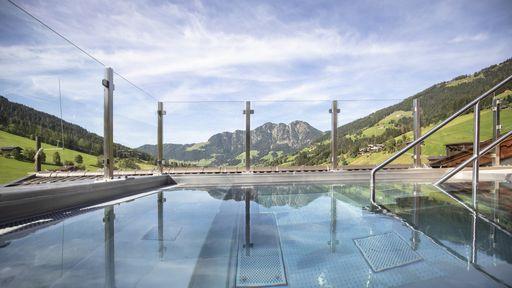 Genießen Sie den Blick auf die Tiroler Berge aus dem Relax Außenpool.