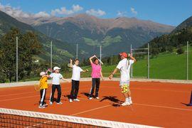 Tennisschule auf den 5 Tennissandplätzen im Hotel Andreus