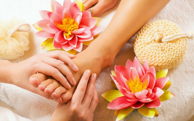 Foot Reflexology Massage with Herbal Foot Bath - Mia Alpina