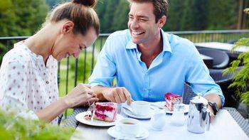 Paar beim Kuchen essen im Außenbereich
