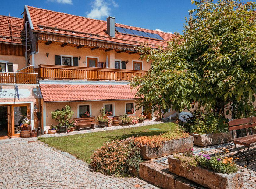 Biohotel Tiefleiten: Hotel im Sommer mit Garten - Bio-Landgut Tiefleiten , Breitenberg, Bayern, Deutschland