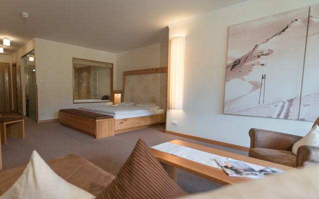 Zimmer Wellness Junior Suite Hotel Mein Almhof Nauders Reschenpass TirolKlares Design, hochwertige natürliche Materialen, größzuige Raumaufteilung und Blick ins Engadin auf die Samnaun Gruppe Berge-12.jpg