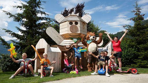 Ein rießiger Outdoor-Spielplatz erwartet Sie im Familotel Dolomit Family Resort.