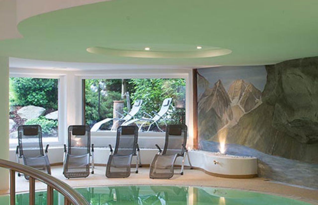 Familienhotel_Dolomit-Family-Resort-Alpenhof_Wellness-Pool.jpg