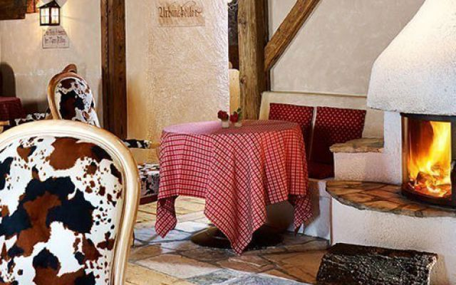 Familienhotel_Dolomit-Family-Resort-Alpenhof_Lounge-mit-Kamin.jpg