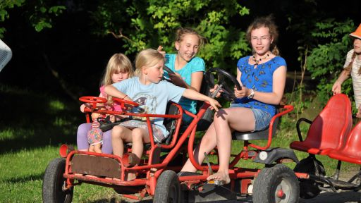Gut Nisdorf Kinder fahren Kettcar