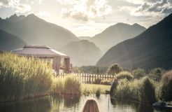 Biohotel Holzleiten: Ausblick Tiroler Berge am Schwimmteich - Bio-Wellnesshotel Holzleiten , Obsteig, Tirol, Österreich