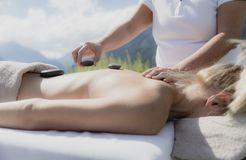 Biohotel Holzleiten: Hot Stone Massage - Bio-Wellnesshotel Holzleiten , Obsteig, Tirol, Österreich