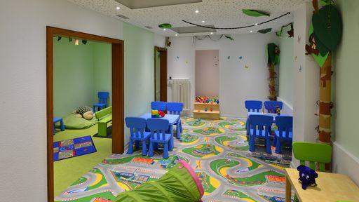 Viele spannende Spielmöglichkeiten gibt es im Spielraum im Familotel Sonnenhügel.