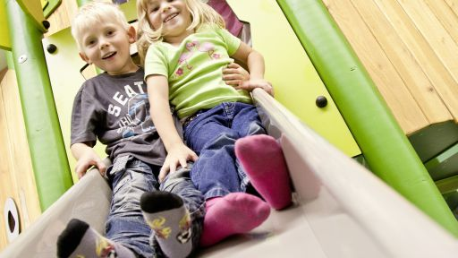Kleinkindbereich mit Schaukel und Spielkombinationen in der Sonni KinderWelt.