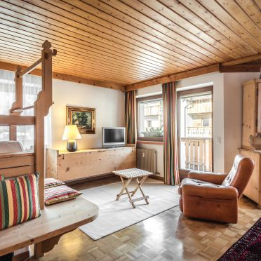 Chalet Costaces - Tor, Wohnstube mit Kachelofen