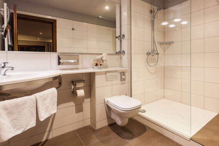 Großes und modernes Badezimmer im Bella Vista Zimmer