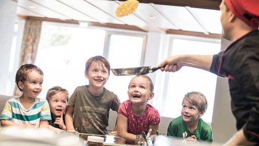 Spiel, Spaß und leckeres Essen beim Kinderkochen im Familotel Allgäuer Berghof.