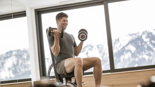 Panorama-Fitnessraum mit modernen Geräten für Ihr Training im Urlaub