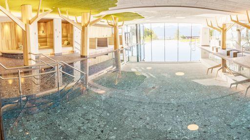 Großes Family-Spa mit drei Innenpools, Infinity-Außenpool und Rutschenwelt