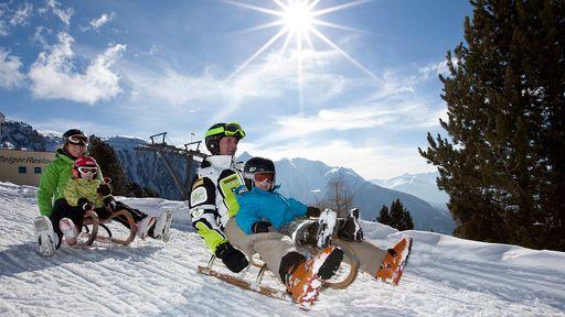 Wenn die Wintersonne den Schnee zum Funkeln bringt, ist die Zeit für einen Winterurlaub in Tirol.
