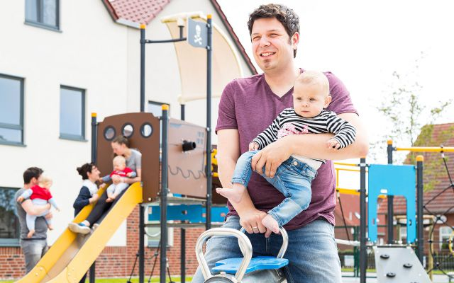 Familienhotel_Deichkrone_Nordsee_Papa_Baby_Spielplatz.jpg