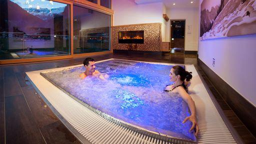 Die wohlige Wärme im Whirlpool spüren und den Ausblick auf die Stubaier Berge genießen, das ist im Alpenhotel Kindl möglich.