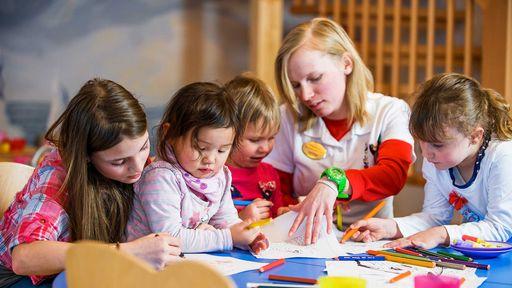 Kinder lieben es, zusammen mit vielen Freunden zu spielen, gemeinsam zu lachen und lustige Stunden zu verbringen.