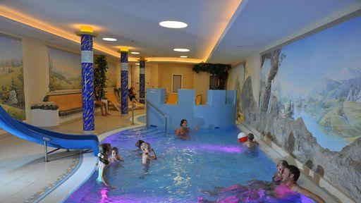 Im Zauchenseehof erwartet Sie eine eigene Kinder-Wellnessoase mit Hallenbad, Rutsche, Wasserfall, Plantschbecken uvm.