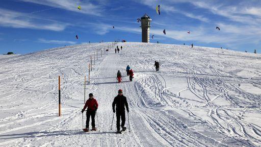 50 km Ski-Pisten, 28 Skilifte und 120 km gespurtes Wege- und Loipennetz bieten für jeden Wintersportler ideales Terrain.