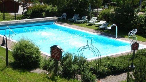 Beim Outdoor-Pool finden Sie im Sommer ruhige Plätze, um den Augenblick zu genießen.