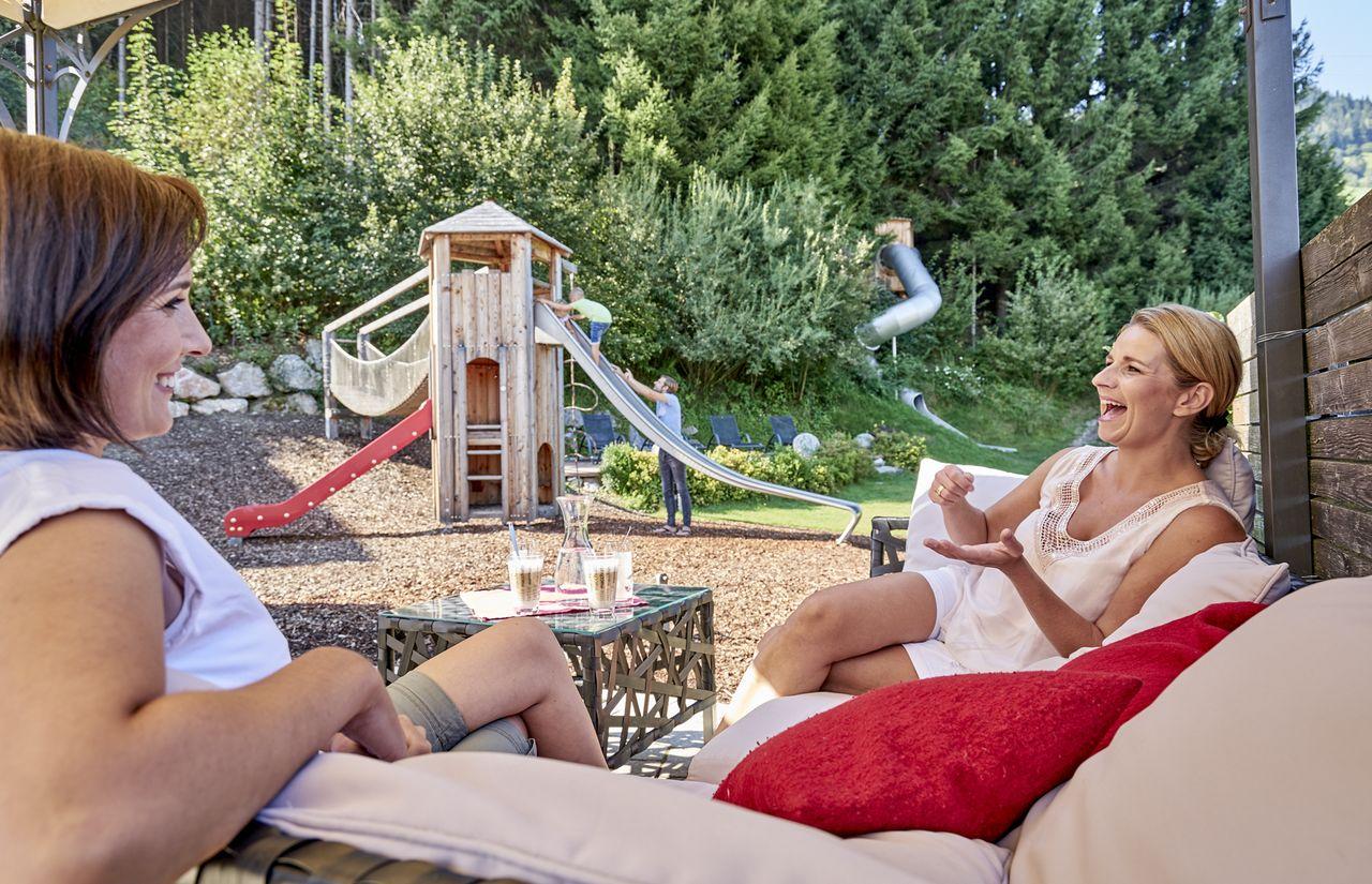 1021-outdoor-lounge-spielplatz-zwei-frauen-lachen-amiamo-2016-09-07-ORG.jpg
