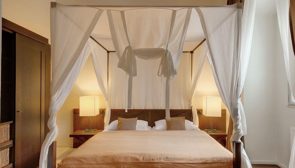 Romantisches himmelbett  Frühstück im romantischen Himmelbett - - Das Schloss an der ...