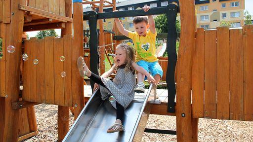 Der große Spielplatz bietet den Kindern viele Möglichkeiten zum Austoben.