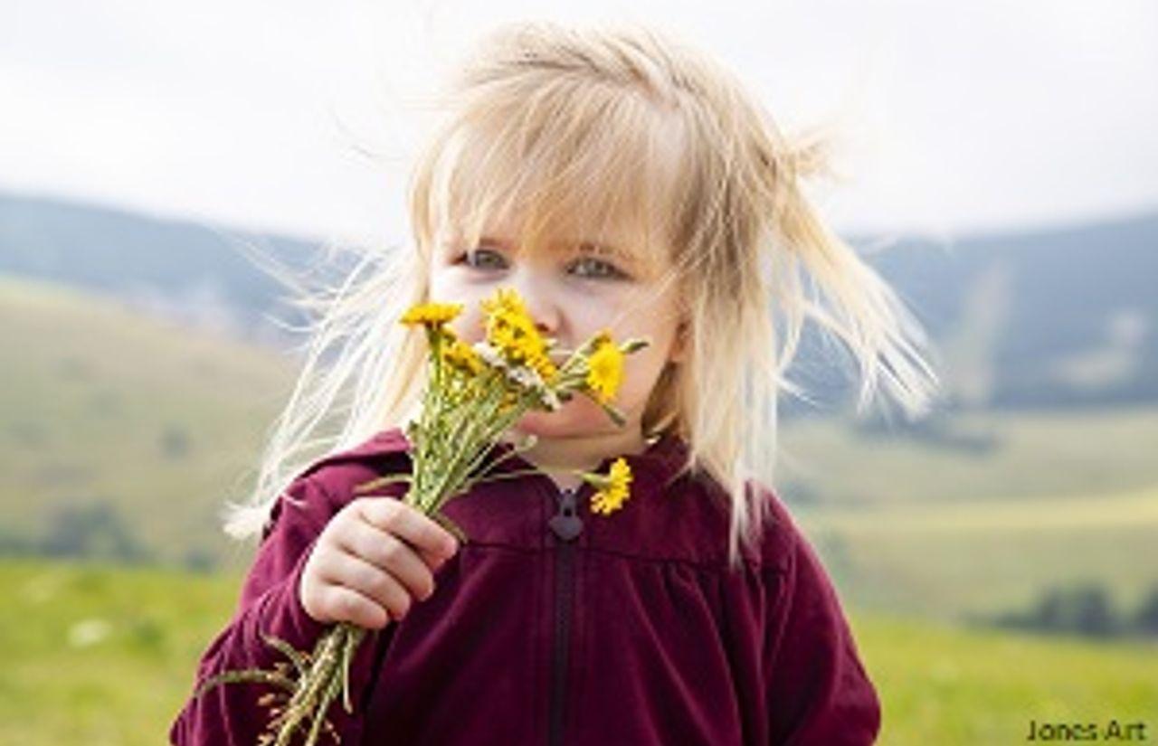 Mädchen mit Blumen_klein.jpg
