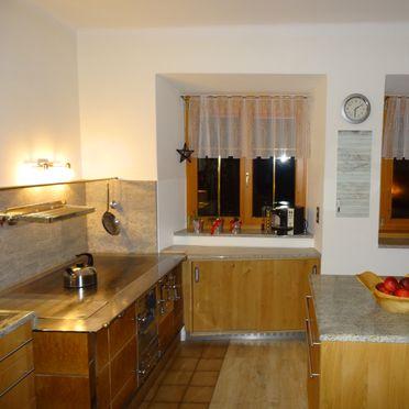 Jagdhaus Kronhof, Küche mit Holzofenherd im Erdgeschoß