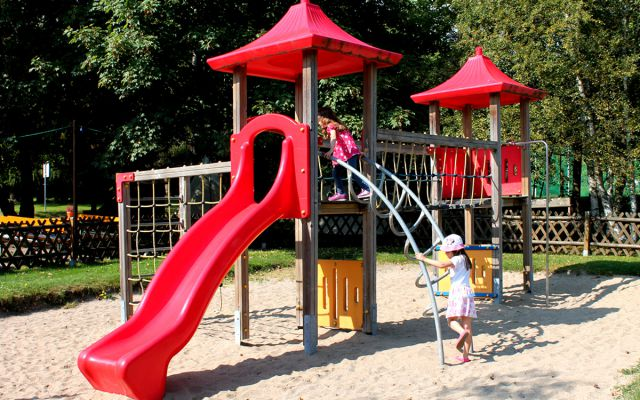 kinderspielplatz-aussen-ahorn-waldhotel-altenberg