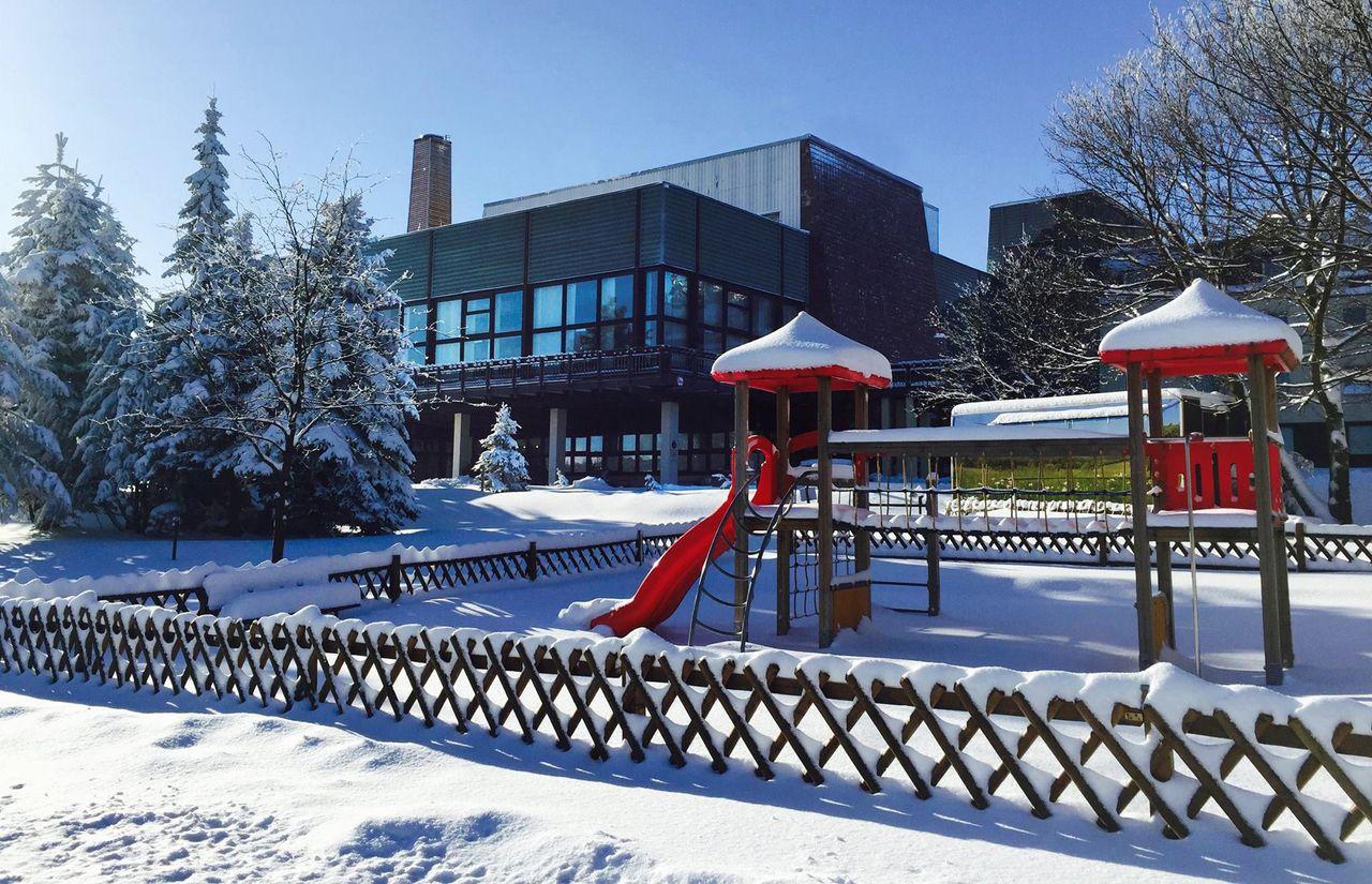 AHORN Waldhotel Altenberg Außenansicht Winter mit Spielplatz