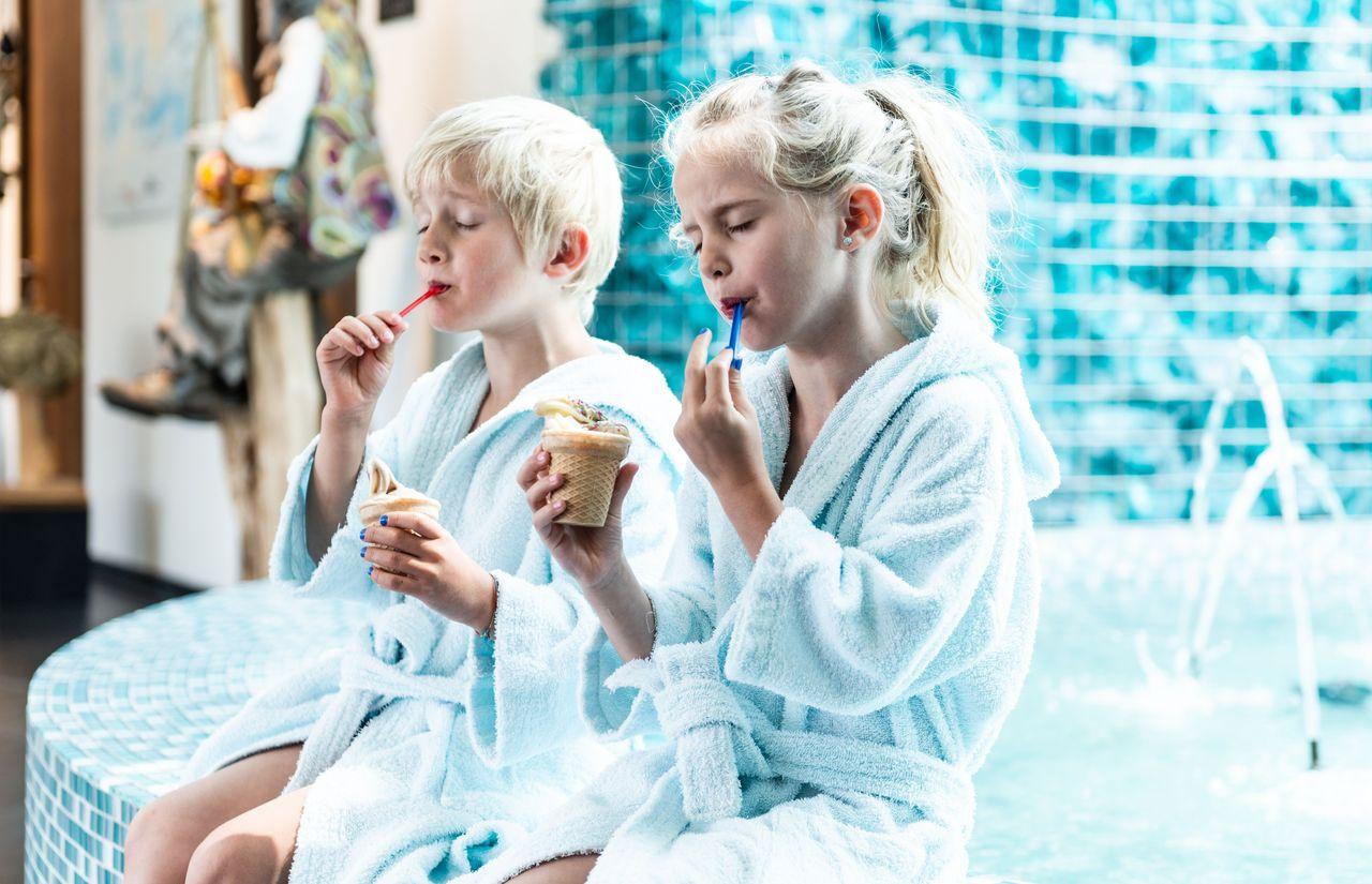 Kinder schlecken ein Eis im Alpenrose - Familux Resort