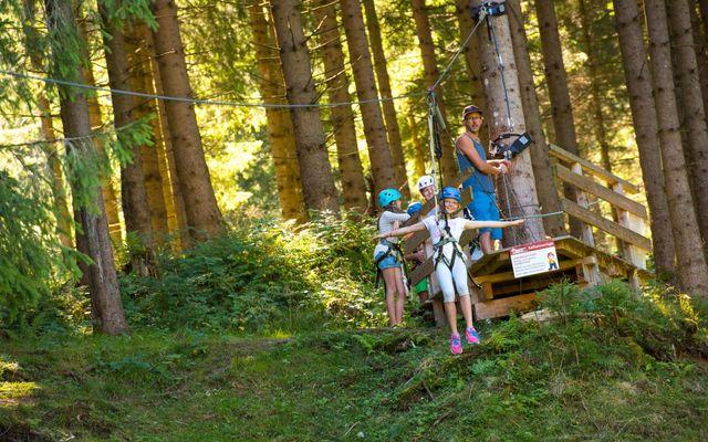 Kinder auf dem Waldspielplatz