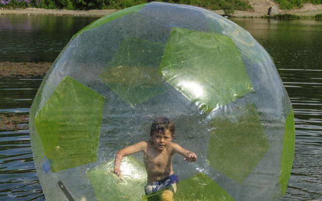 Spaß im Walking Ball auf dem Wasser