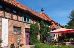 Biohotel Insel Usedom: Restaurant mit Terrasse  - Gutshof Insel Usedom, Mellenthin, Mecklenburg-Vorpommern, Deutschland