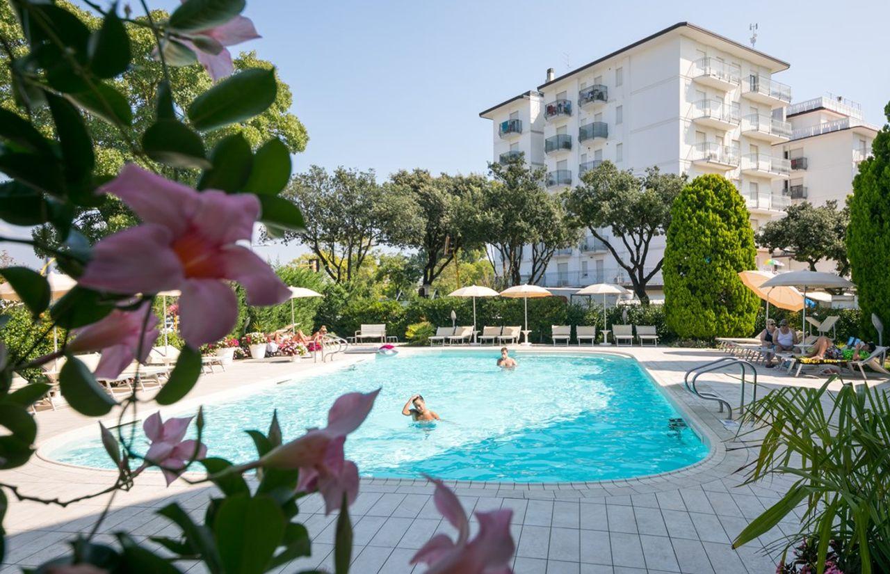 Pool des Familienhotel Fabilia Family Hotel Lido di Jesolo in Venetien