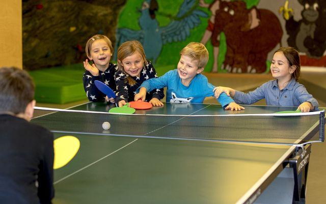 Kinder beim Tischtennis spielen