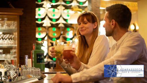 Paar mit Cocktails an der Bar