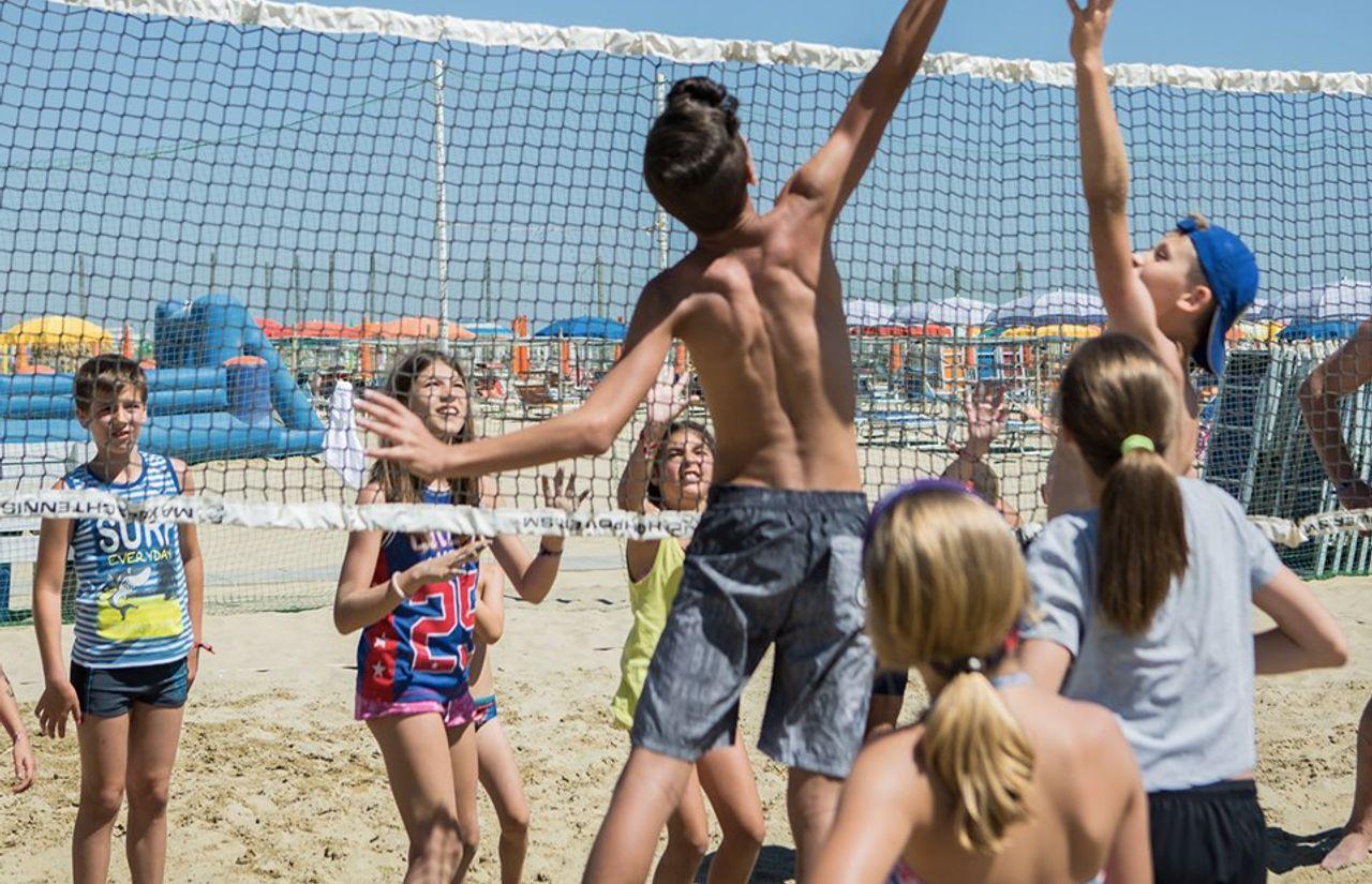 Sport und Spiel am Strand des Familienhotels Color King Marte Village