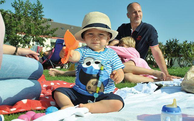 Familienurlaub, Familie mit Kind am Strand