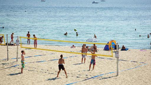 Volleyball spielen im Freien an der Ostsee. So viel Spaß und Action gibt es nur im Familotel Starndkind.