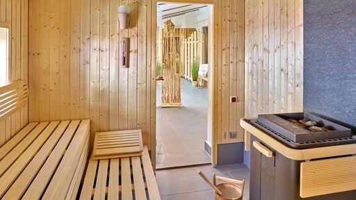 Entspannung pur nach dem Saunagang, luftige Bambuselemente unterteilen den Raum dezent.