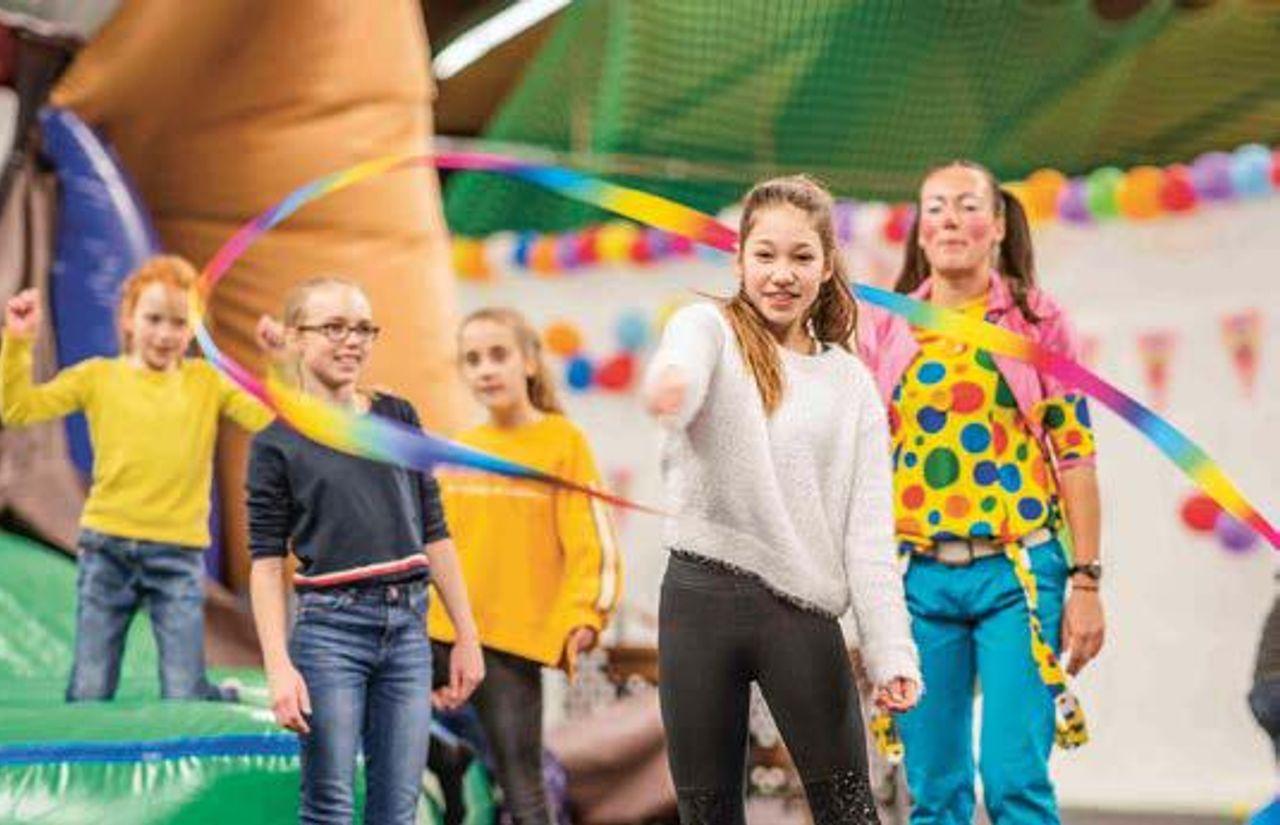 Unsere Indoor-Spielewelt bietet verschiedene Stationen zum Austoben Riesenrutsche, Hüpfburgen, Riesentrampolin uvm