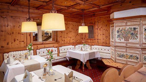 Holzvertäfelte Wände und ein uriger Kachelofen – die Extraportion Gemütlichkeit!