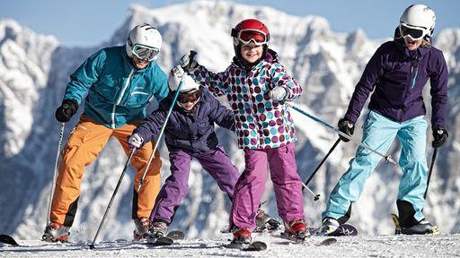 Sonnige Übungslifte hinter dem Familotel Tirolerhof