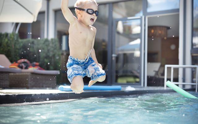 sprungs-ins-pool_-familienspa.jpg